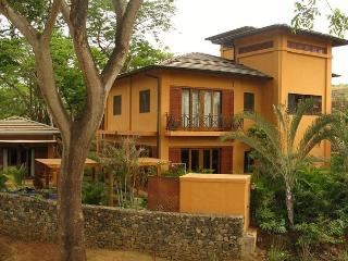Gorgeous 3BR home, easy walk to two beaches, Langosta Beach Club Access-COL6