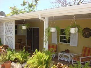 Cottage with pool near beach and restaurants., vacation rental in Hastings