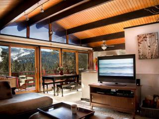 Treehaus Chalet with Panoramic Mtn Views, Big Bear Region