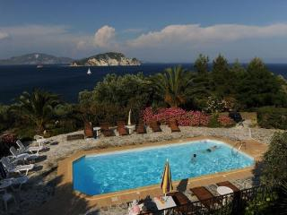 VILLAS FLISVOS WITH POOL PRIVATE ACCESS TO THE SEA, Limni Keri