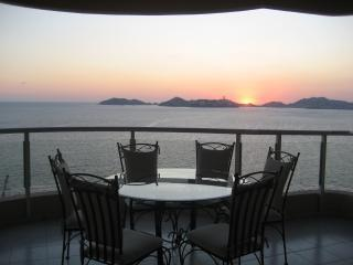 Magnificent 3 Bedroom PH beach front condo, holiday rental in Acapulco