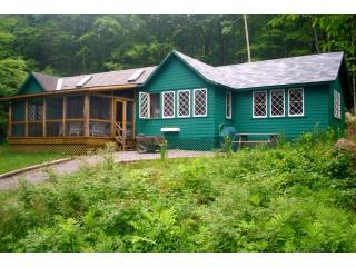 Lake Placid Adirondack Waterfront Camp-Home, alquiler de vacaciones en Lake Placid