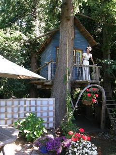 Treehouse has a double bed with ocean & garden view and creek running below