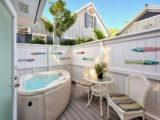 Starr Suite- Luxury Cottage - Private Hot Tub - Half Block to Duval St!, Cayo Hueso (Key West)
