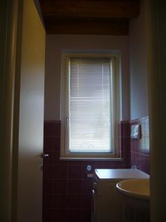 Bathroom 2 with wash basin, wc and washing machine