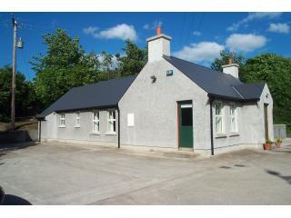 Derry Farm Cottages - Vista lateral de la casa Managhmore' con zona de aparcamiento