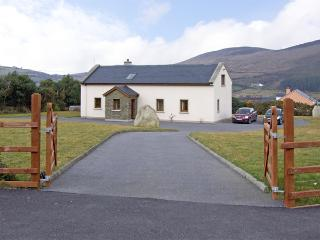 MEENTEOG, family friendly, with a garden in Glenbeigh, County Kerry, Ref 3897