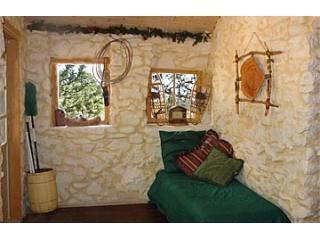 Chambre matin grandes fenêtres donnant sur le ruisseau