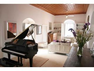 Baby Grand Piano/living room 1