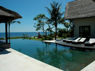 Villa Bossi Tanguwesia - Luxury villa on the beach, Lovina Beach