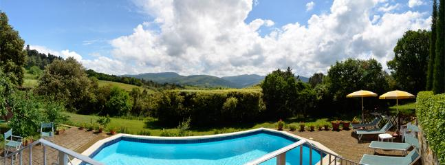 Panoramic photo of the villa, the pool and the paesage