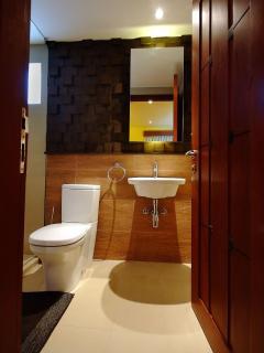 Slate House (ground floor)  - Alvarado toilet