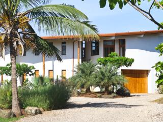 Casa Ohana-Beach Front Surf Home-Stunning Views!, Playa Negra
