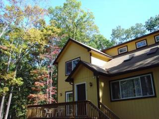 Spacious 4 bdr w/Sauna, Pool table, Wi-Fi &Roku TV, Dingmans Ferry