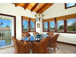 Mesa de jantar de vidro de Akala Pua oito assentos (há outras duas cadeiras) e tem vista para o mar.