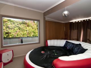 MILLION Dollar Views & ROUND bed Auckland holiday, Auckland Region