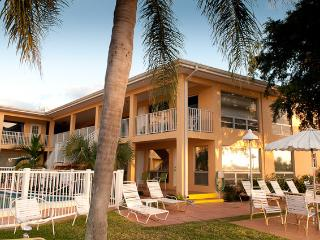 Beautiful Efficiency Studio on the Intracoastal- Water Front Property