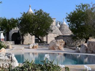Stunning Romantic Trullo with Large Private Pool, Alberobello