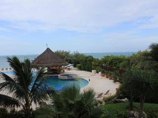 Amazing Casa Bendicion Condo on Beach w/ Huge Pool, Isla Mujeres