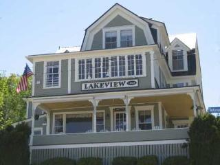The Lakeview House featuring rooms and suites