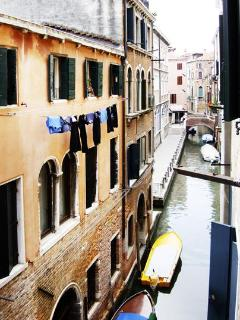 SmArt: The outside View on the Canal (pic by Guen Ravazzoni)