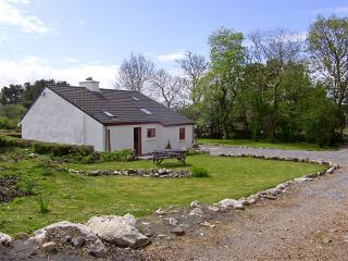 ROSMUC COTTAGE, pet friendly, character holiday cottage, with a garden in