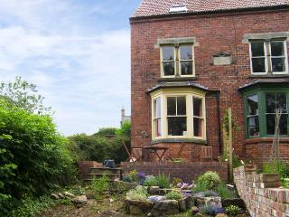 BURNSIDE, family friendly, character holiday cottage, with a garden in Robin Hoo
