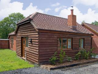 SWALLOW COTTAGE, family friendly, country holiday cottage, with a garden in Durley, Ref 4182, Southampton