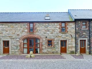 THE COACH HOUSE, COASTGUARD COURT, family friendly, with a garden in Cullenstown, County Wexford, Ref 3928