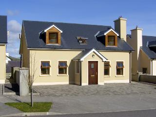 NUMBER 7 GORTEEN, family friendly, with a garden in Annascaul, County Kerry, Ref 3936