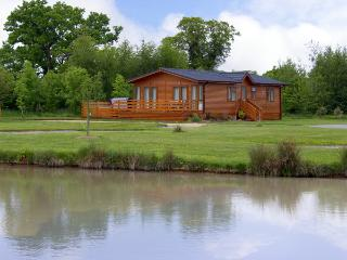 THE CALLOW LODGE, romantic, luxury holiday cottage, with pool in Beaconsfield Holiday Park, Ref 4057, Hadnall