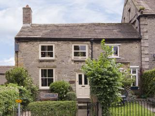 CARTMEL COTTAGE, pet friendly, country holiday cottage, with a garden in Middleham, Ref 4129