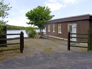 LAKESHORE LODGE, pet friendly, country holiday cottage, with open fire in Ballin