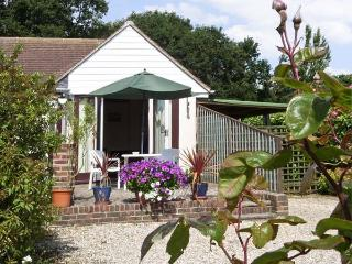 CLIFF GARDEN COTTAGE, with a garden in Fairlight, Ref 4011