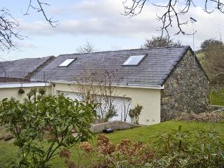 DAMAVAND DYLLUAN, romantic, country holiday cottage, with a garden in Caernarfon