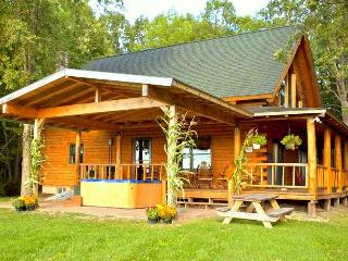 Beautiful Mountain Views Log Cabin near Lake!, North Ferrisburg