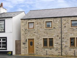 BYTHEWAY COTTAGE, family friendly, country holiday cottage, with a garden in Ingleton, Ref 4134
