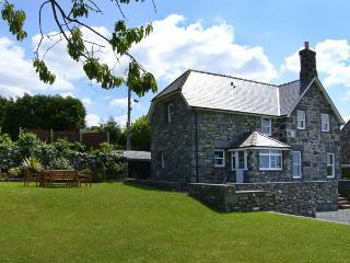 TY CERRIG, family friendly, with a garden in Dyffryn Ardudwy, Ref 4124
