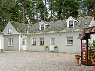 DUNSTAFFNAGE COTTAGE, family friendly, country holiday cottage, with a garden in