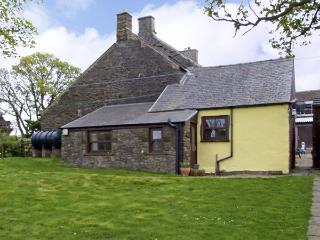 GARDEN COTTAGE, character holiday cottage, with a garden in Sparrowpit, Ref 3884, Derbyshire