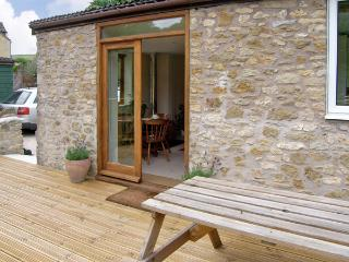 LITTLE SHORTWOOD, family friendly, country holiday cottage, with a garden in Batcombe, Ref 4218, Bruton