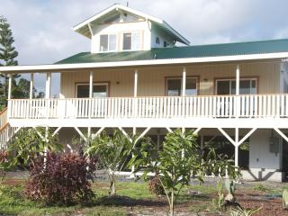 Plantation Style 3 BDR House Walk to Kaimu Beach!, Pahoa