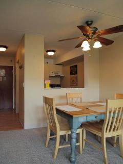 open dinning room with ceiling fan