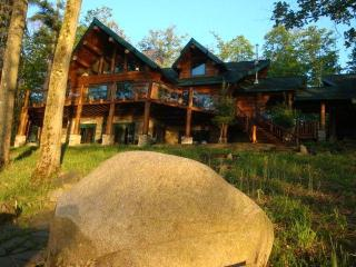 Amazing Lakefront Log Home for 12 Guests + Apartment (4 more guests): 16 guests