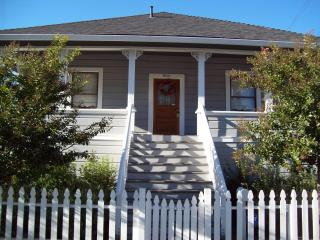 The Corner Cottage Luxury  with private Vineyard in downtown Napa!