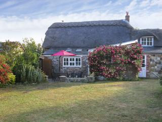 LITTLE THATCH, family friendly, character holiday cottage, with a garden in Shor