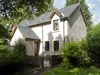 GROOM'S COTTAGE, pet friendly, country holiday cottage, with a garden in Chirnsi