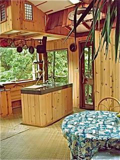 spacious dining/kitchen area w/island dbl sink