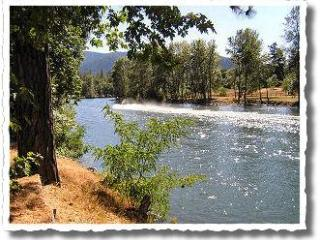 2 Rustic Cabins on Rogue River ~ Fully stocked!, Grants Pass
