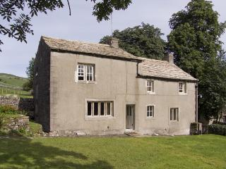 TOWN HEAD FARM, family friendly, luxury holiday cottage, with a garden in Malham